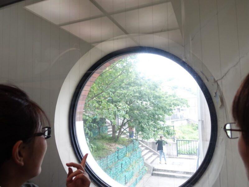 丸い窓があるエレベーター