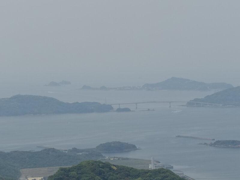 遙か先に軍艦島