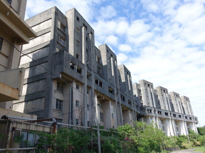 廃墟の8階建て建物
