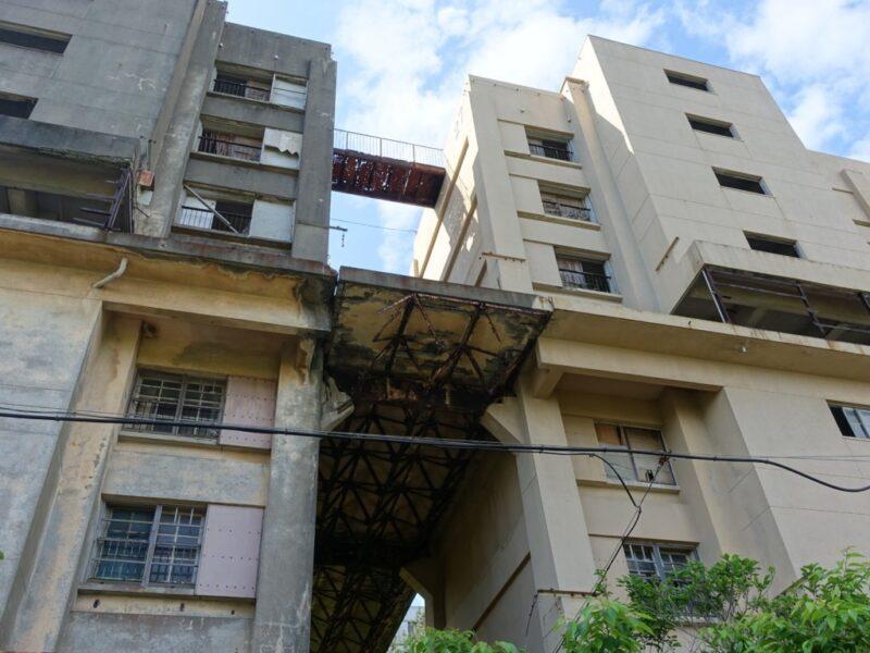 下から見た8階建てアパート