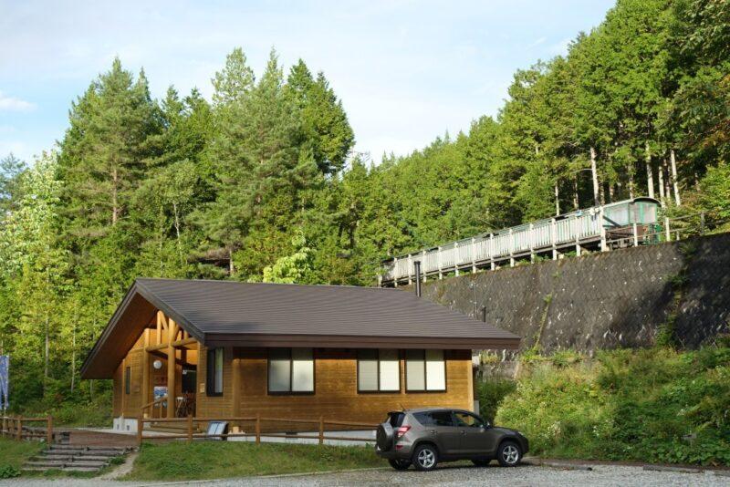 森林鉄道のホームが見える