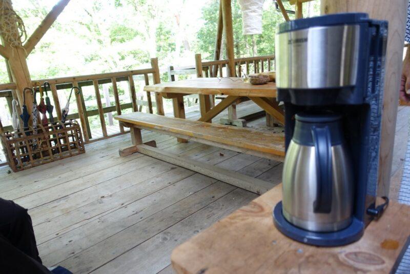 テラス席にコーヒーメーカー