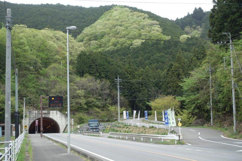 峠道とトンネル