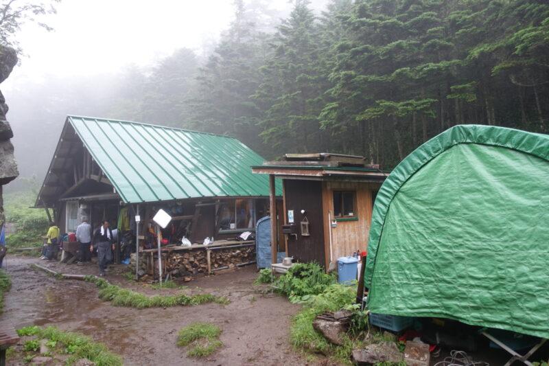 雨が降る焼岳小屋