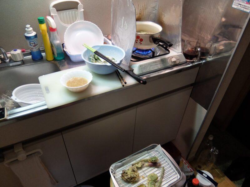 キッチンで調理中