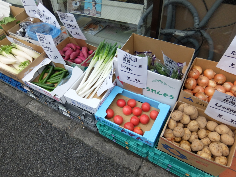 店頭で野菜が売られているセブンイレブン