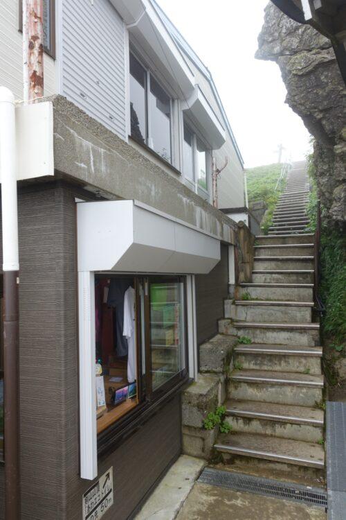 山小屋脇の階段