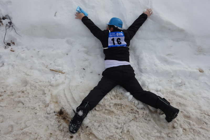 雪に飛びつく