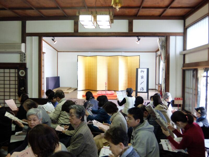 春のお寺で落語を楽しむ